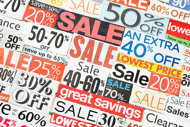 sale-beschilderung, tageszeitung und flyers clippings - matheblatt etiketten stock-fotos und bilder