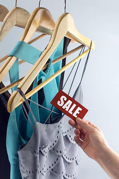 Vendita etichetta eleganti abiti - foto stock
