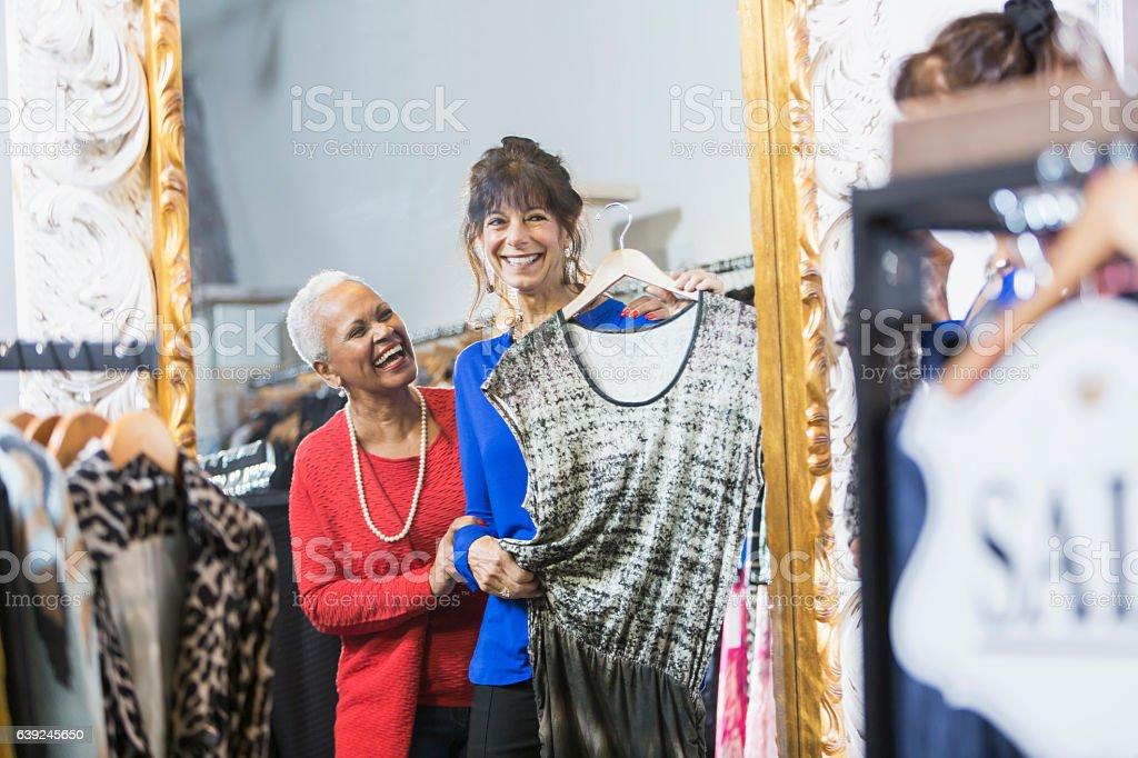 Sales Assistent hilft Kunden in Bekleidungsgeschäft – Foto