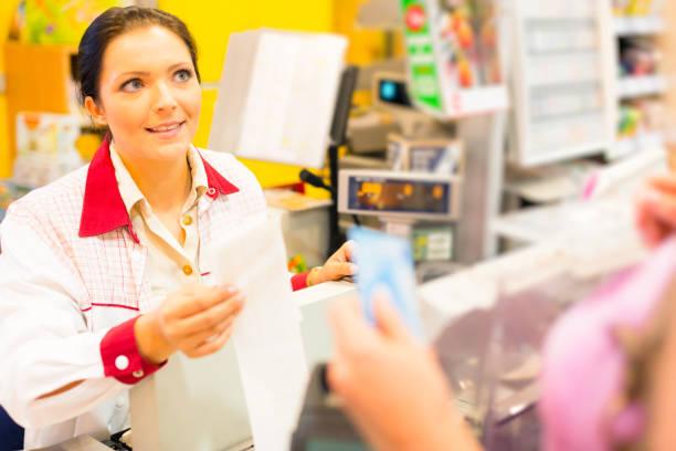 sales clerk in einem cash register im supermarkt - kassenbon stock-fotos und bilder