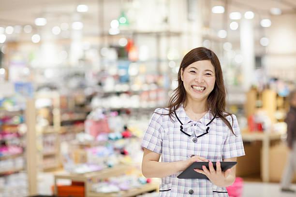 店員デジタルタブレットを使用 - 小売販売員 ストックフォトと画像