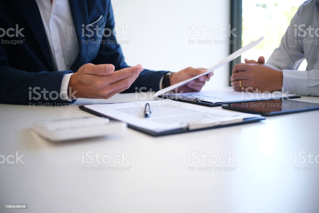 Sales manager giving advice application form document, considering mortgage loan offer for car and house insurance. - Royalty-free Carro Foto de stock