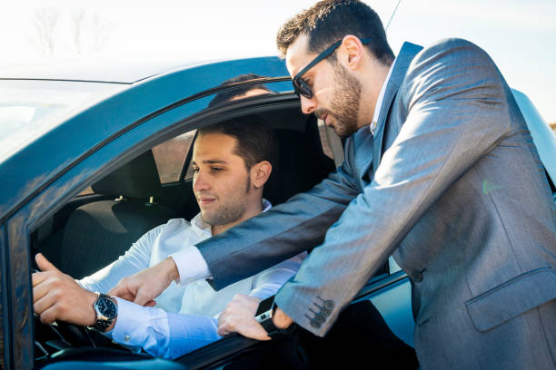 vendedor explicando - used car selling stock pictures, royalty-free photos & images