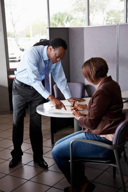 verkäufer mit kunden, die unterzeichnung vertrag - auto trennwand stock-fotos und bilder