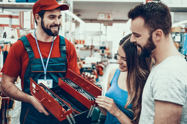 verkäufer ist zeigt neue toolbox für kunden - baumarkt stock-fotos und bilder
