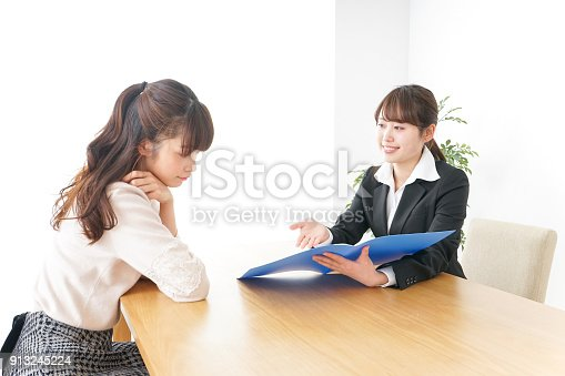 933380808 istock photo saleswoman and customer 913245224