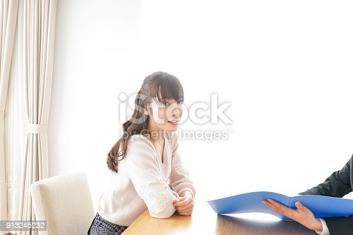 933380808 istock photo saleswoman and customer 913245232