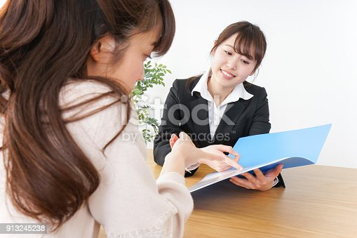 933380808 istock photo saleswoman and customer 913245238