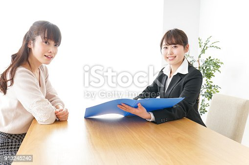 933380808 istock photo saleswoman and customer 913245240