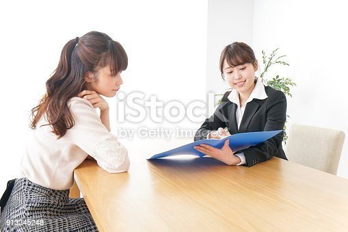 933380808 istock photo saleswoman and customer 913245248