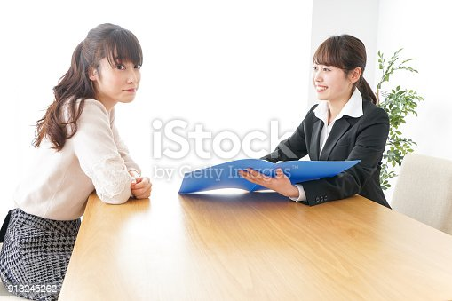 933380808 istock photo saleswoman and customer 913245262