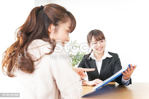 933380808 istock photo saleswoman and customer 913245280