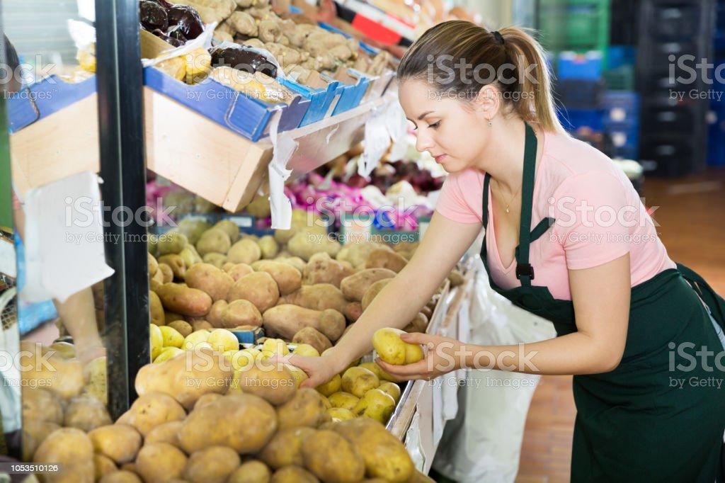 Vendedora de encher caixas de legumes no supermercado - foto de acervo