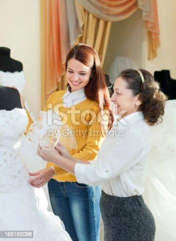 istock feliz mujer elige disfraz de bodas 185599619 istock mujer