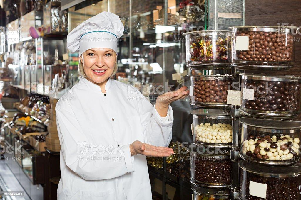 saleswoman posing with ganaches foto royalty-free