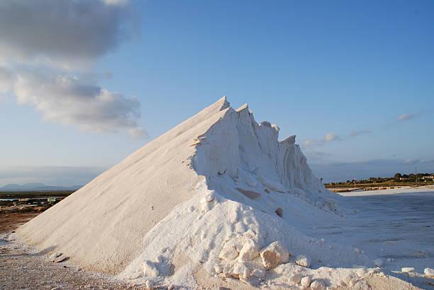 Salina ou monte gelado? Monte de sal em salina, assemelhando-se a uma montanha gelada gelado stock pictures, royalty-free photos & images