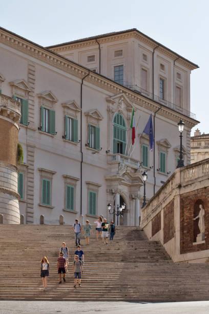 salita di montecavallo with tourists - quirinale foto e immagini stock