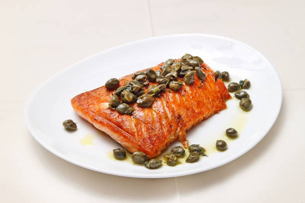 salmão com alcaparras 2 - kaper stock-fotos und bilder