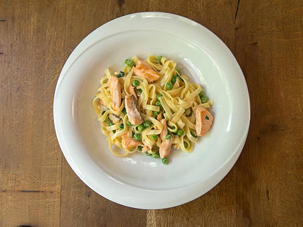 salmon and pea linguine pasta - spaghetti mit lachs stock-fotos und bilder