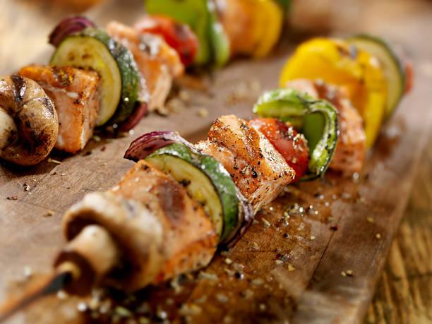 grill-lachs und gemüse kabobs - kebab marinade stock-fotos und bilder