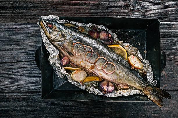 salmon baked on tray - silberzwiebeln stock-fotos und bilder
