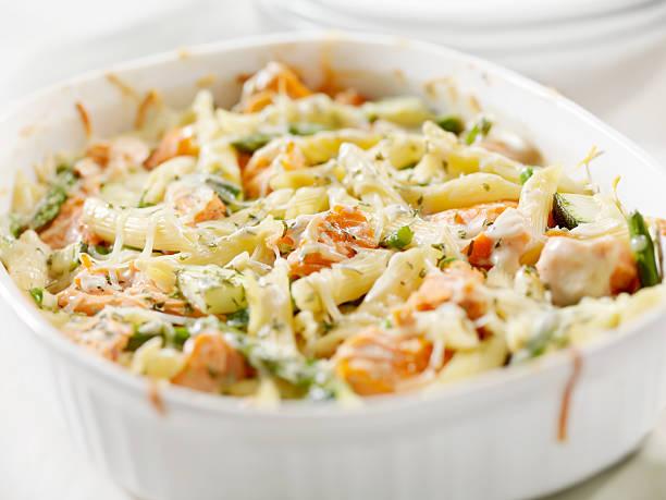 lachs-auflauf - käse zucchini backen stock-fotos und bilder