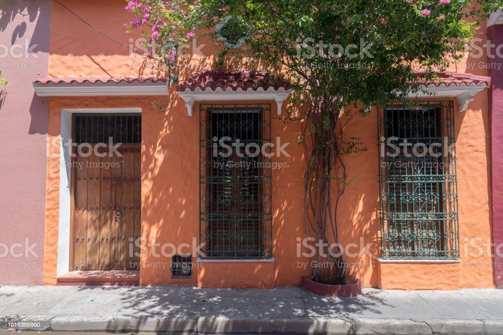 Lachs Farbe An Den Wänden Eine Typische Fassade In Cartagena De ...
