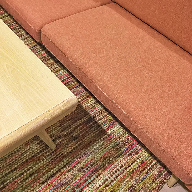 salmon color sofa and wooden coffee table - moderne 50er jahre mode stock-fotos und bilder