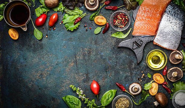 Filetto di salmone con ingredienti freschi per cucinare ottimo - foto stock