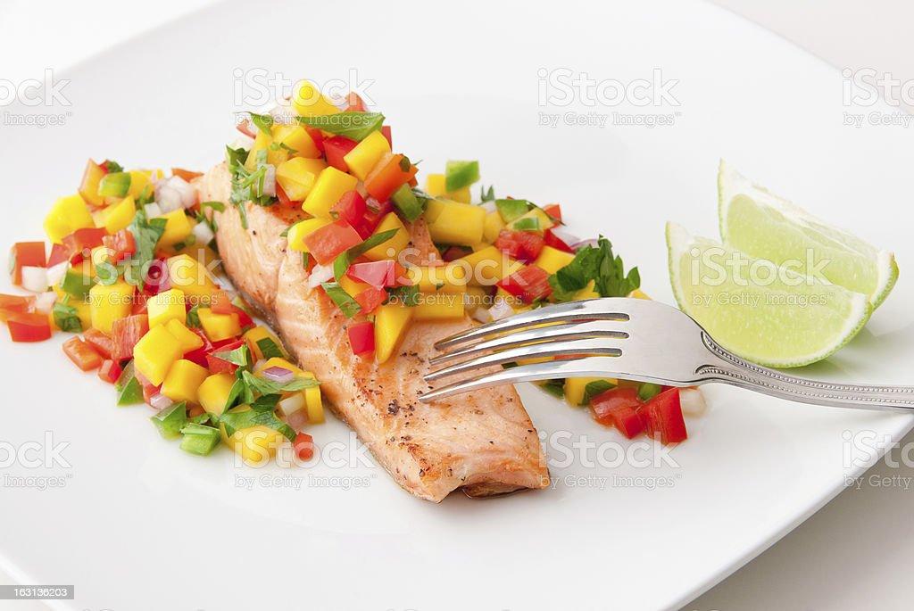 Lachsfilet mit mango-salsa auf weißen Teller. – Foto