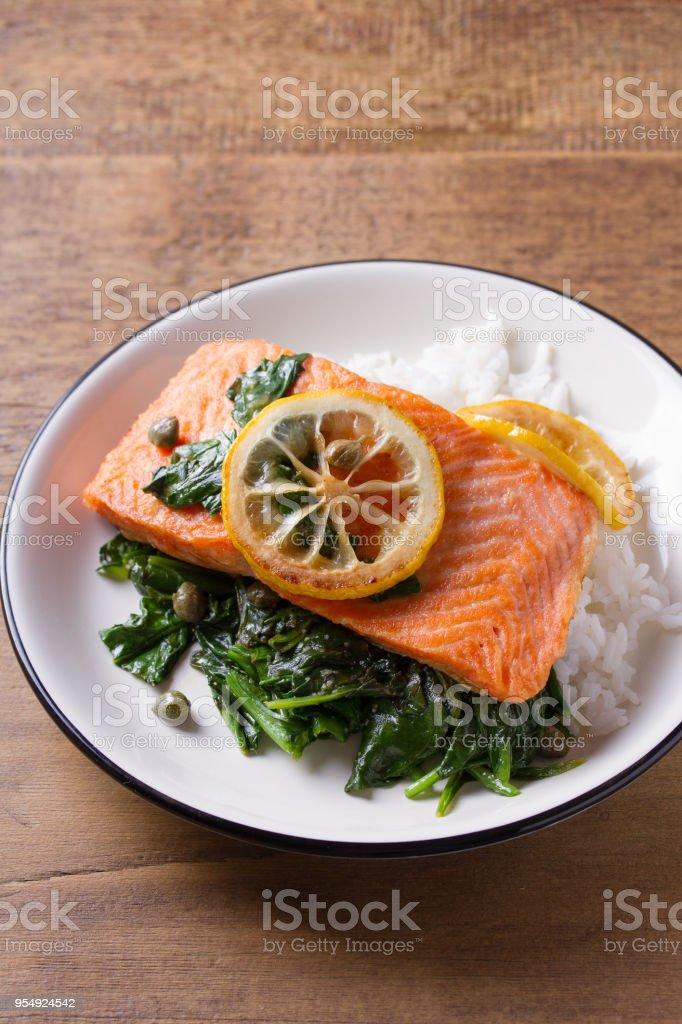 Arroz de peixe com espinafre e limão