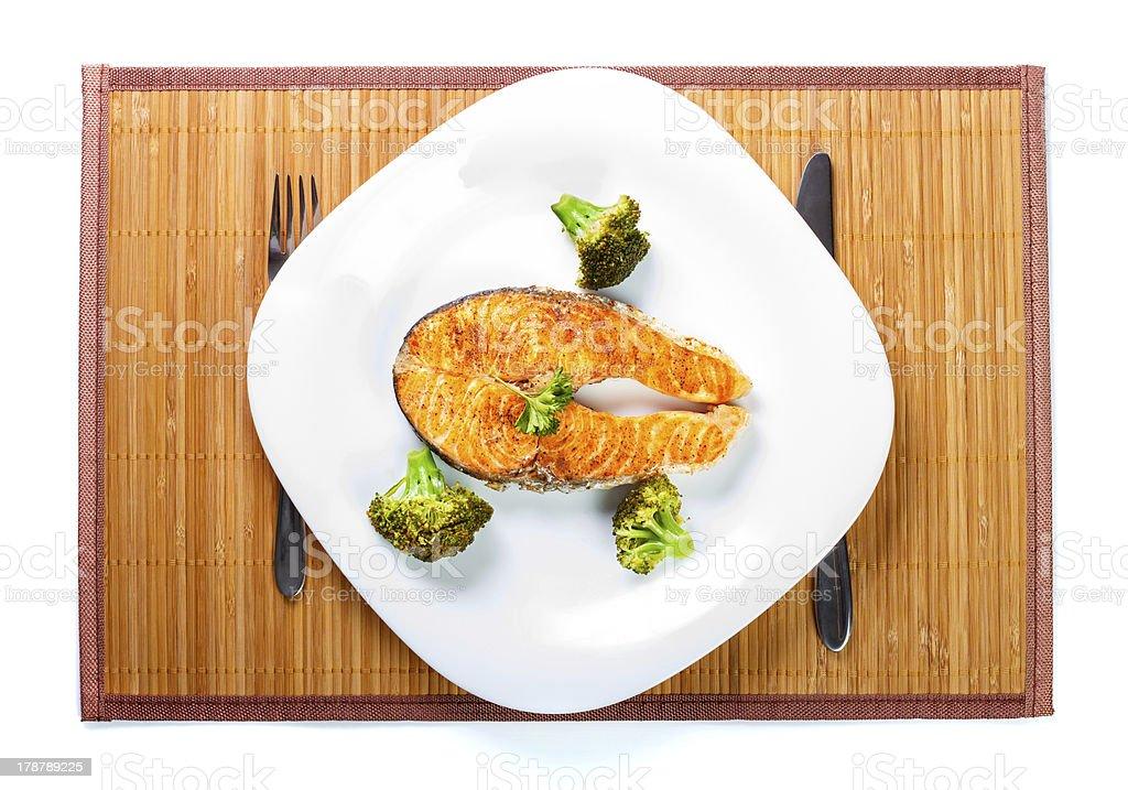 Salmon Fleisch mit köstlichen Brokkoli auf weißen Teller – Foto