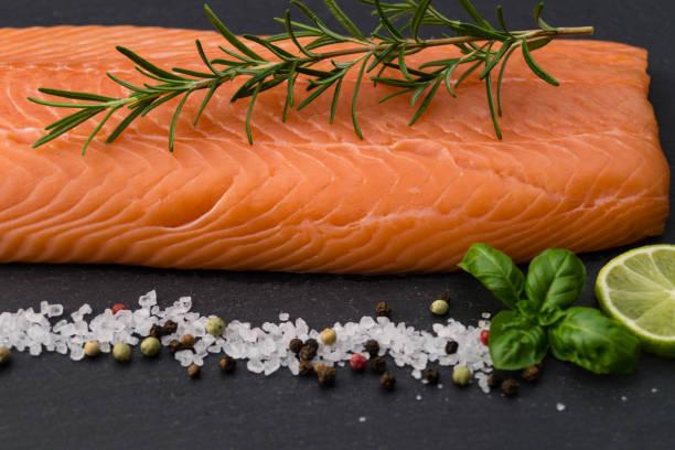 Lachs - Salmo Salar Frischer Atlantischer Lachs mit Meersalz, Pfeffer und Gewürzen atlantic salmon stock pictures, royalty-free photos & images