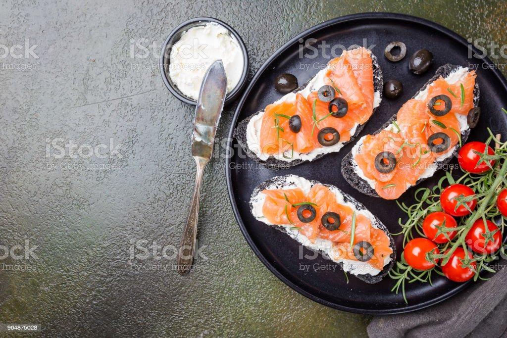 三文魚三明治配奶油芝士 - 免版稅三文治圖庫照片