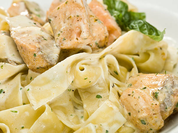 lachs-tagliatelle - spaghetti mit lachs stock-fotos und bilder