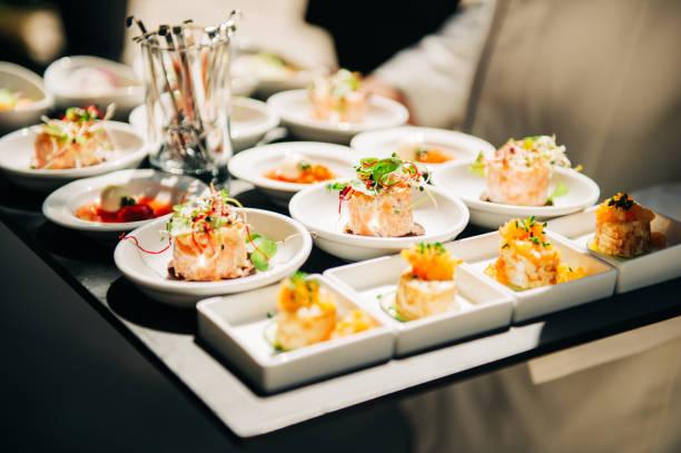 Lachs tatrare in kleinen Tellern, Catering-Event, Bankett-Essen – Foto
