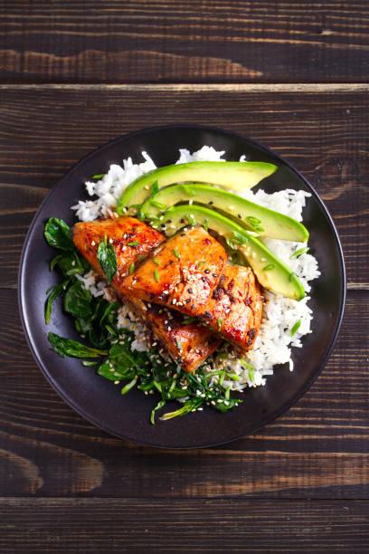 lachs teriyaki reisschüssel mit spinat und avocado - steak anbraten stock-fotos und bilder