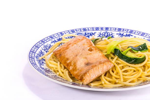 lachs mit pasta und zucchini - spaghetti mit lachs stock-fotos und bilder