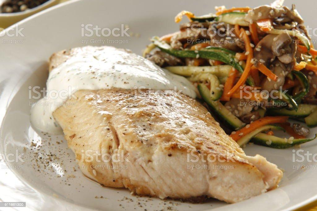 salmón con verduras salteadas - foto de stock