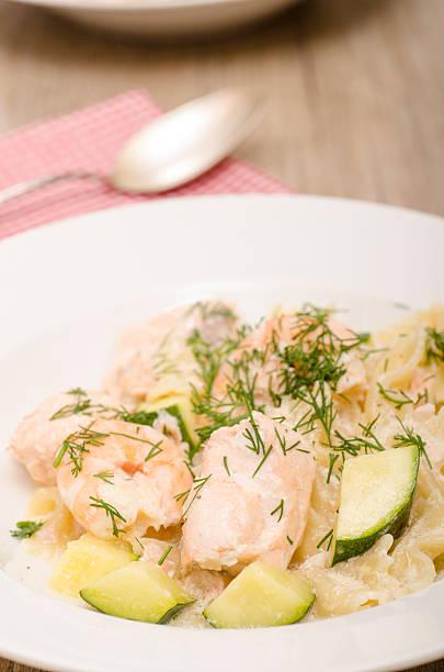 Saumon avec des crevettes, des courgettes et nouilles - Photo