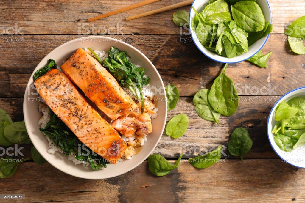 salmão com espinafre e arroz - foto de acervo