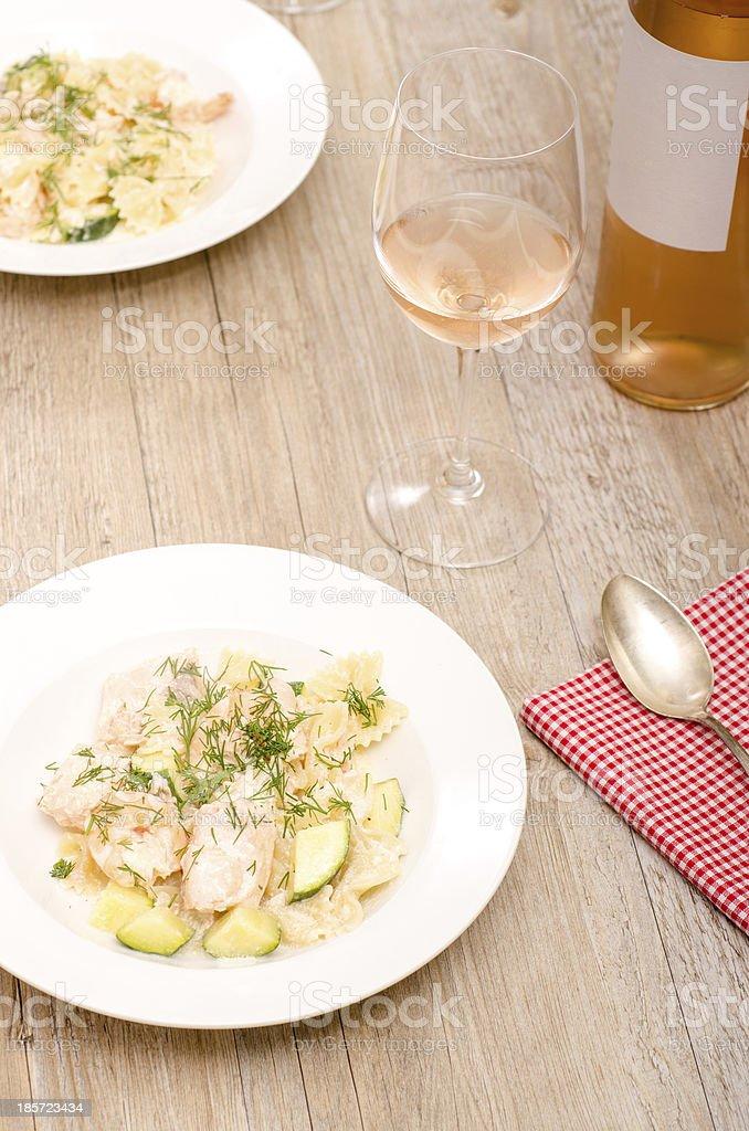 Saumon avec courgettes et pâtes farfalle - Photo