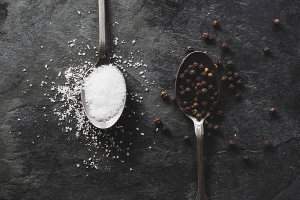tuz ve biber çay kaşığı fotoğraf - tane biber stok fotoğraflar ve resimler