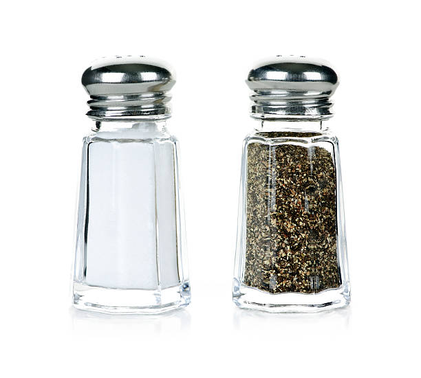 sal y pimienta shakers - salado fotografías e imágenes de stock