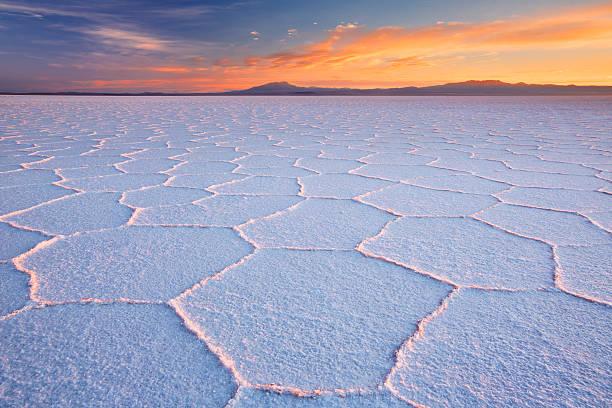 salt flat salar de uyuni in bolivia at sunrise - 阿爾蒂普拉諾山脈 個照片及圖片檔