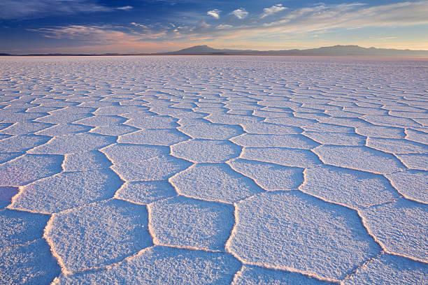 salt flat salar de uyuni in bolivia at sunrise - 玻利維亞 個照片及圖片檔