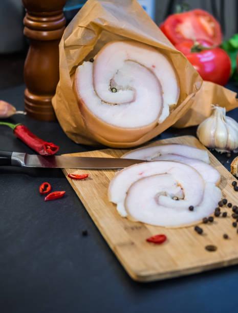 Salz Schweinefleisch Larde. Gesalzenes Schweine-Fettrücken und Gewürze. Keto Diät Konzept – Foto
