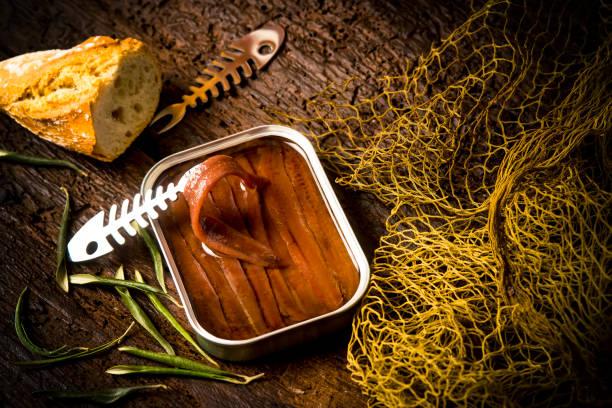 filetes de anchoa salados en lata de aceite de oliva pueden - anchoa fotografías e imágenes de stock