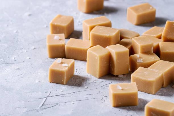 gezouten caramel fudge - fudge stockfoto's en -beelden