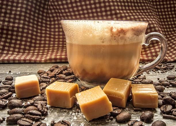 karamell salzkaramell latte macchiato mit kaffeebohnen und meersalz - mocca stock-fotos und bilder
